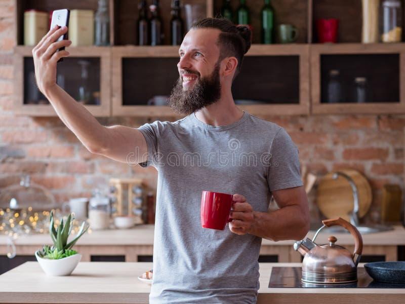 社会网络上瘾者生活方式人selfie厨房 免版税库存照片
