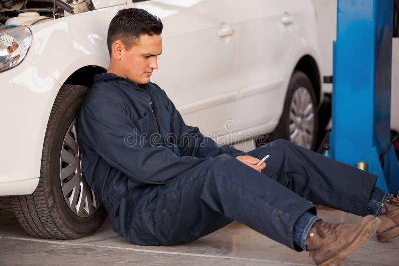 社会网络在一家汽车修理店 库存图片