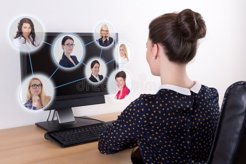 社会网络概念-使用个人计算机与的美丽的女商人 免版税库存照片