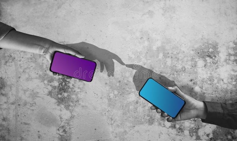 社会距离概念 移动电话中通过Internet连接缩短远程 帮助人们的技术 免版税库存照片