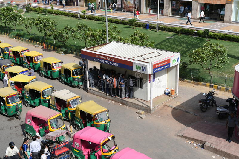 社论, 2015年6月07th日:古尔冈,德里,印度:在巨大的队列的自动或自动人力车司机在Prepaid摊 免版税图库摄影