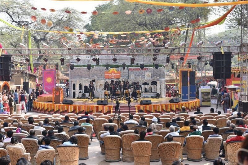 社论:Surajkund,哈里亚纳邦,印度:2016年2月06th日, :享用在第30个国际性组织的人们制作狂欢节 库存图片