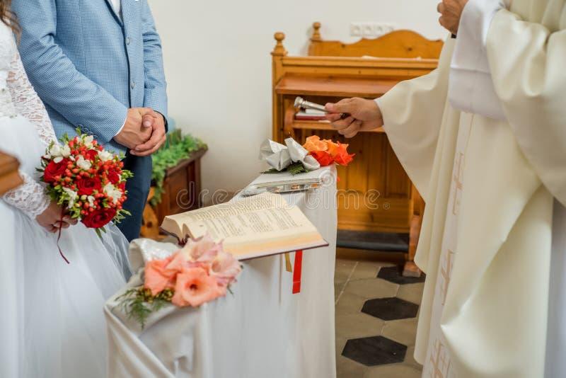 社论 教会在村庄Derevnoe白俄罗斯2018年8月18日 婚姻 明亮的寺庙 浅深度的域 白色ornam 库存图片