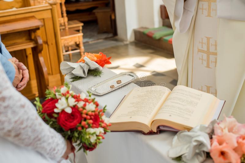 社论 教会在村庄Derevnoe白俄罗斯2018年8月18日 婚姻 明亮的寺庙 浅深度的域 白色ornam 图库摄影