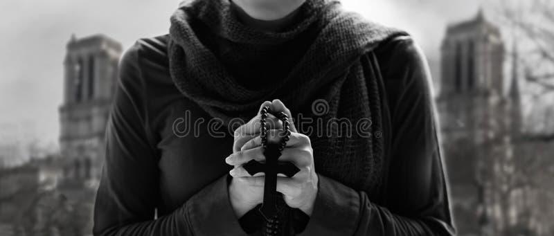 祈祷与念珠和木耶稣受难象的基督教 库存图片