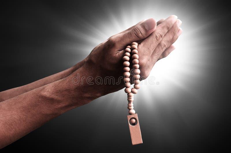 祈祷与念珠小珠的回教人的手 免版税库存照片