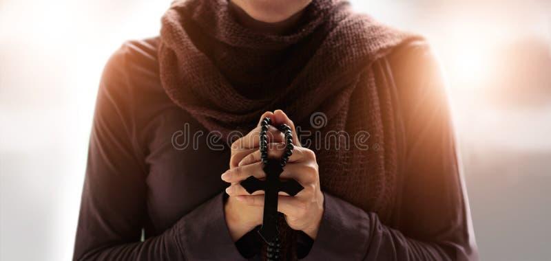 祈祷与念珠的妇女手和 图库摄影
