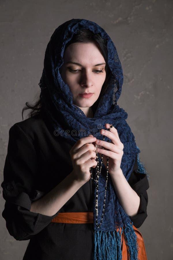 祈祷与念珠的宽容妇女 免版税库存照片