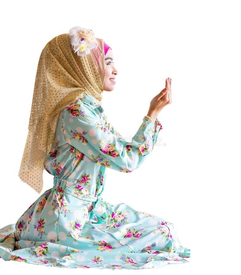 祈祷为阿拉的年轻回教妇女 免版税库存图片