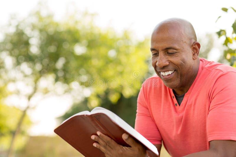 祈祷和读圣经的非裔美国人的人 图库摄影