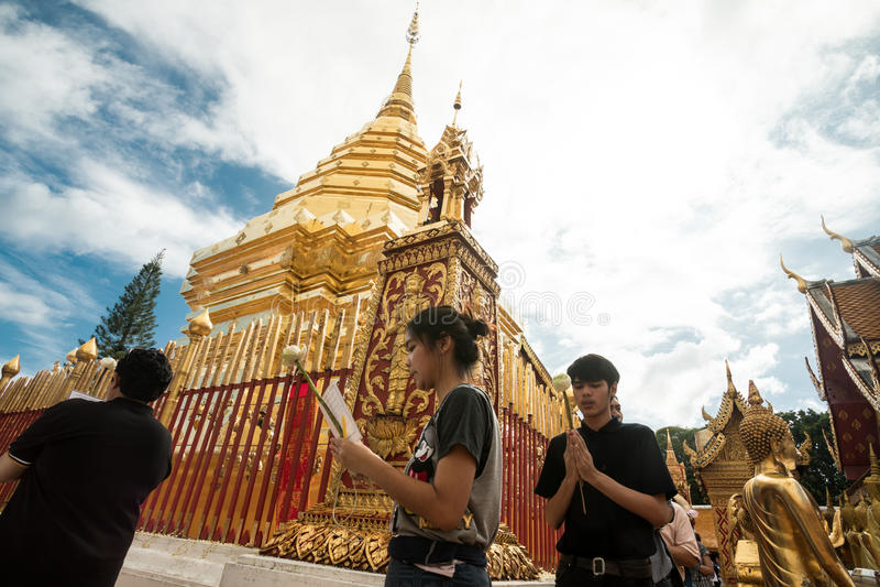 祈祷和致以尊敬在土井素贴寺庙 免版税图库摄影