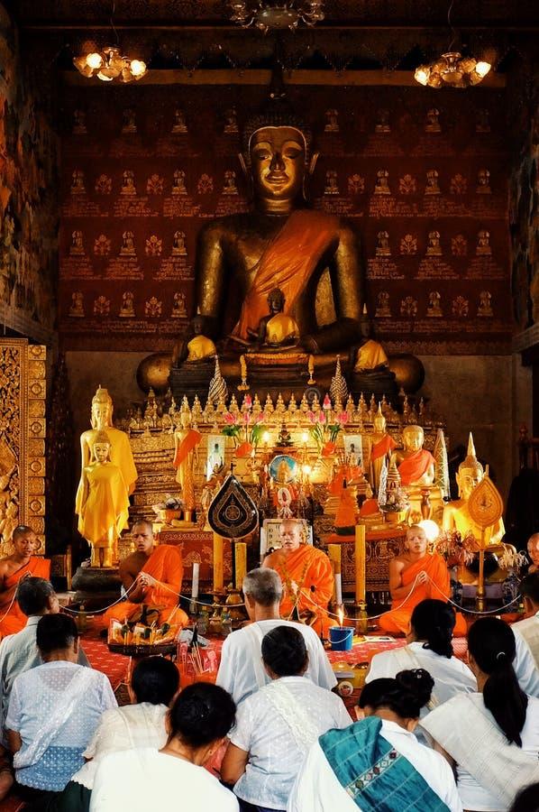 祈祷在下午仪式期间的和尚在他们的wat 库存照片