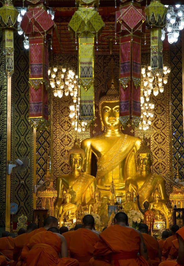 祈祷在主要大厅里的修士在南奔寺庙 免版税库存图片