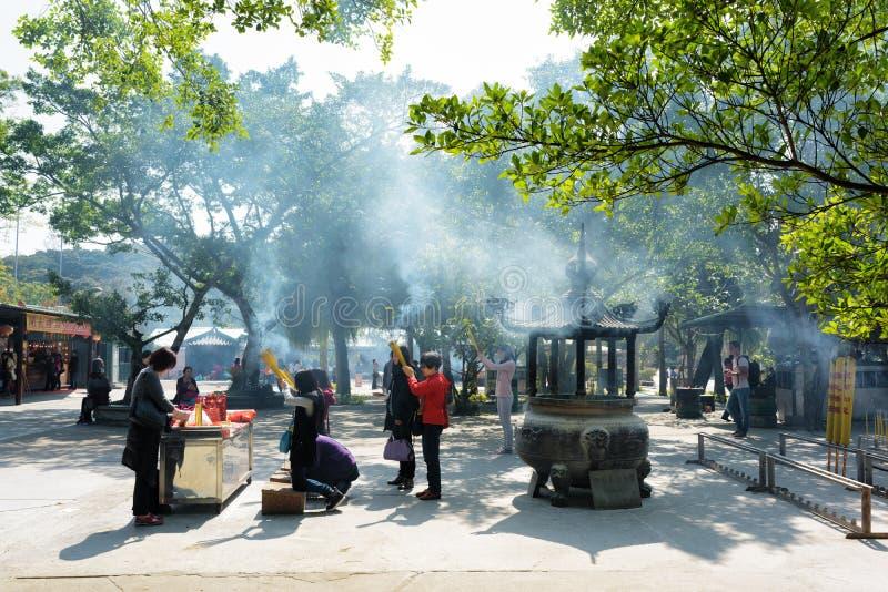 祈祷在佛教寺庙,宝莲寺在香港 库存图片