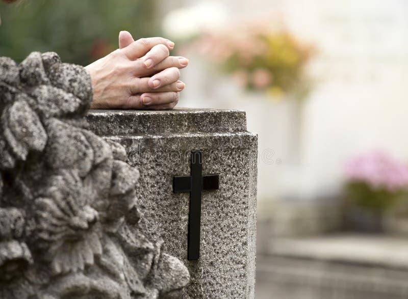 祈祷在公墓 免版税库存照片