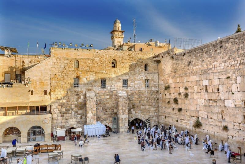 祈祷在古庙耶路撒冷以色列西部`哀鸣的`墙壁  免版税图库摄影