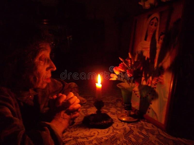 祈祷在圣母玛丽亚前 库存照片