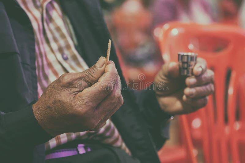 祈祷在圣餐和称赞耶稣的忠实的亚洲长辈 库存图片
