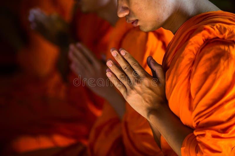 祈祷在大理石寺庙的修士在曼谷,泰国 免版税库存图片