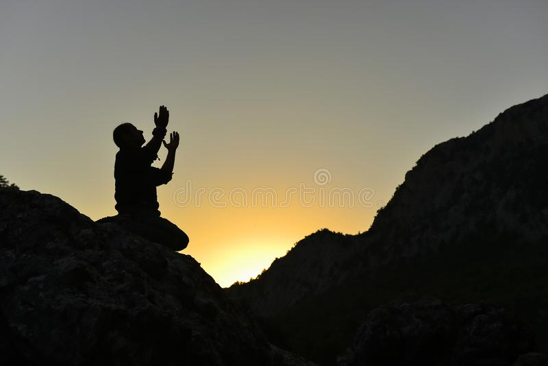 祈祷在山的人