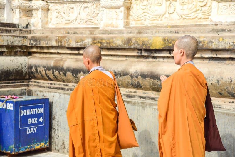 祈祷在摩诃菩提寺的佛教尼姑在Bodhgaya,印度 图库摄影