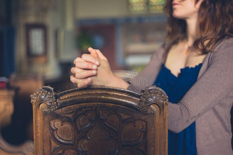 祈祷在教会里的少妇 库存照片