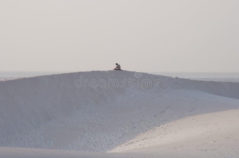 祈祷在沙丘顶部的人。 索科特拉岛 图库摄影