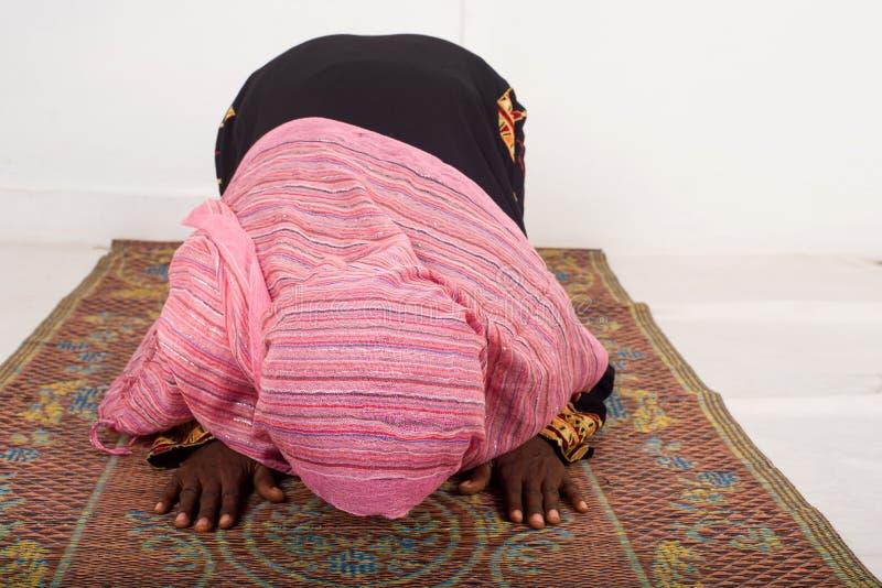 祈祷在清真寺的回教妇女在斋月期间 图库摄影