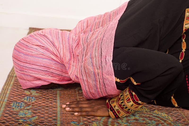 祈祷在清真寺的回教妇女在斋月期间 库存图片