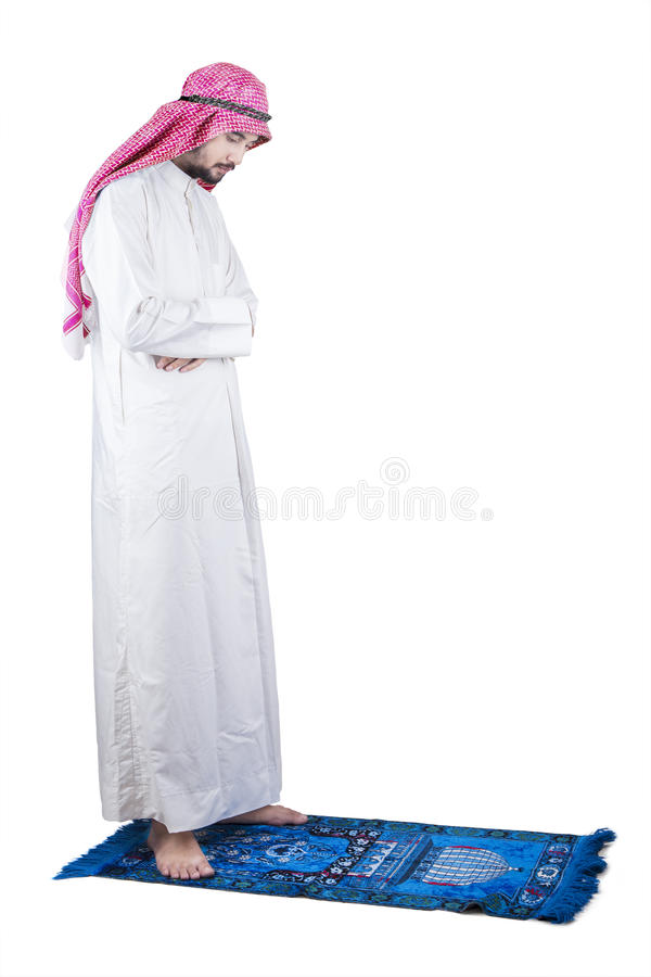祈祷在演播室的虔诚的阿拉伯人 免版税库存照片
