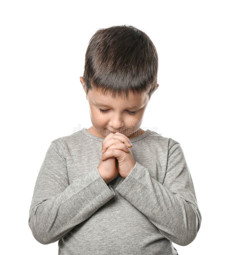 祈祷在白色背景的小男孩 免版税库存照片