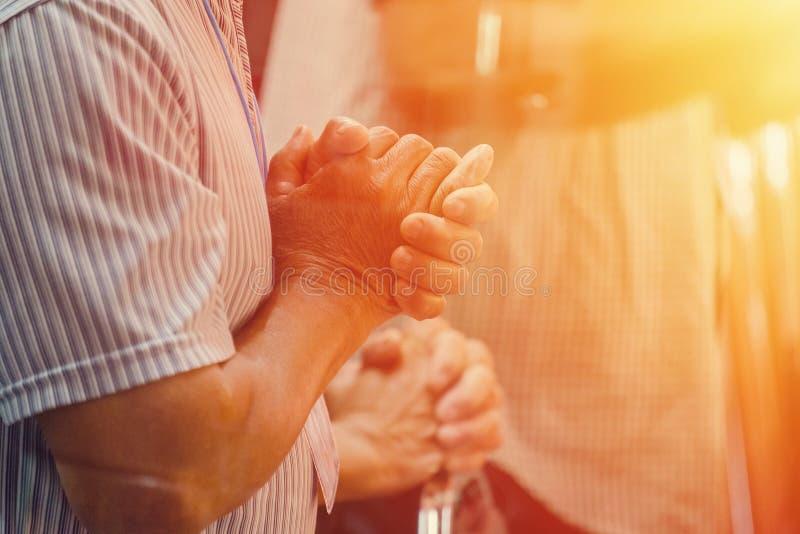 祈祷在礼拜祈祷会的小组人 免版税库存图片