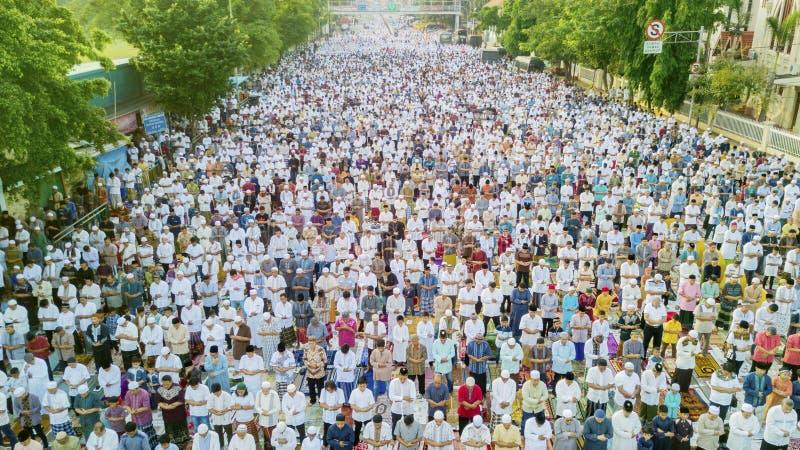 祈祷在路的回教人民Eid Al Fitr 免版税库存照片