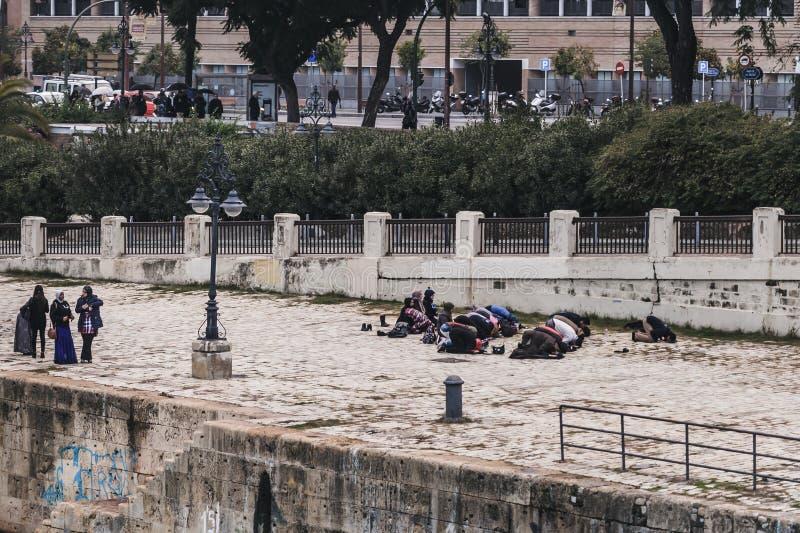 祈祷在金黄塔附近的穆斯林在塞维利亚,西班牙 免版税库存照片