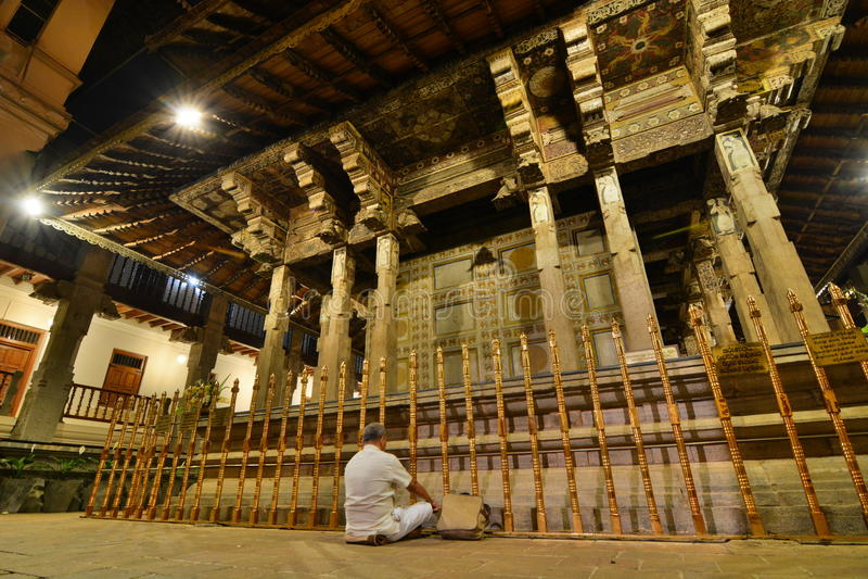 祈祷在主要寺庙前面的献身者 神圣的牙遗物的寺庙 康提 斯里南卡 免版税图库摄影