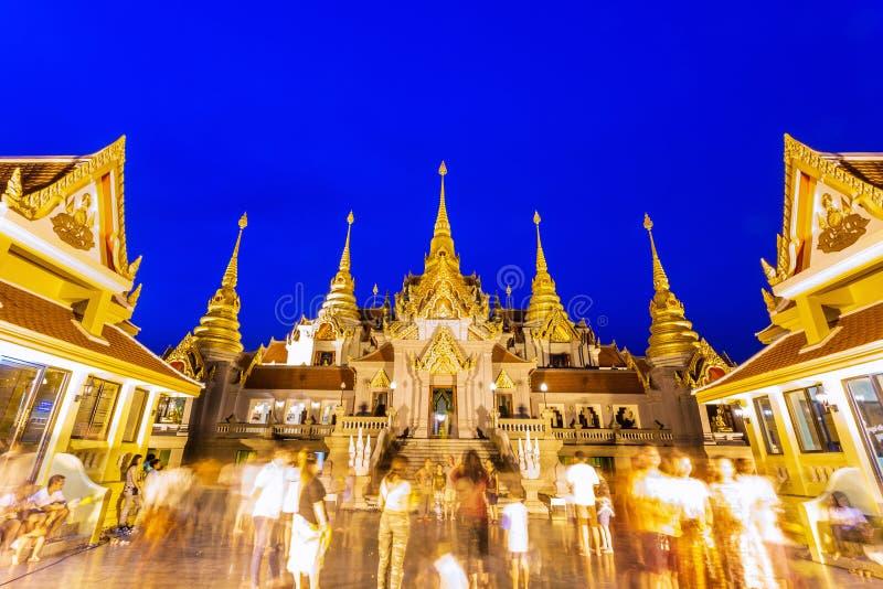 祈祷在Asalha Puja天的人们在Phra Mahathat chedi Pakdee Prakard, Prachuap Khiri Khan,泰国 免版税库存图片