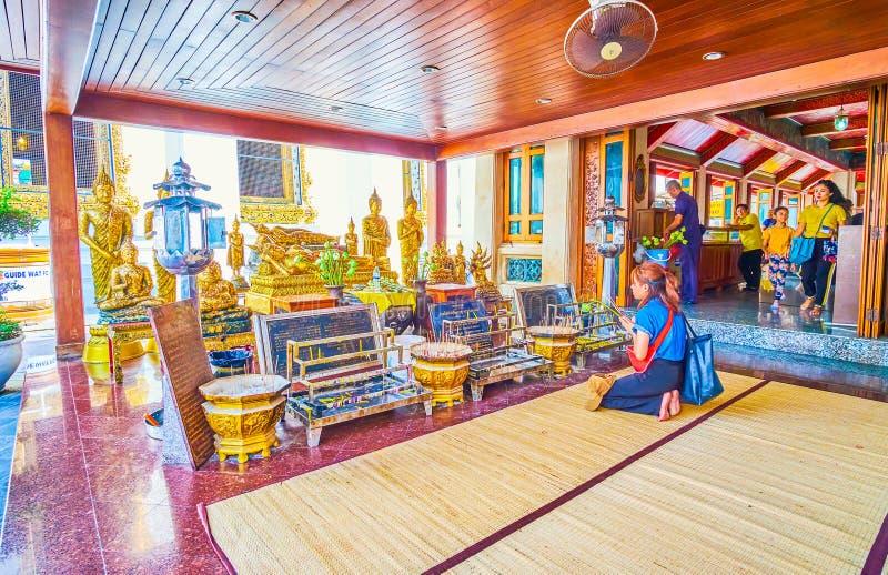 祈祷在Wat Pho佛教寺庙在曼谷,泰国 库存图片