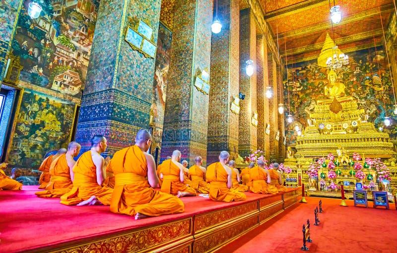 祈祷在Wat Pho复合体,曼谷,泰国ubosot  图库摄影