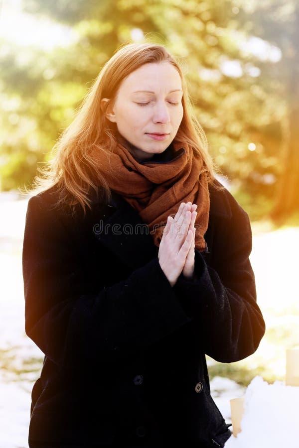 祈祷对妇女的神 祷告、信念和宗教 免版税库存图片
