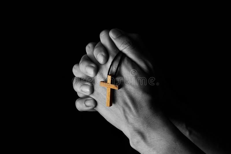 祈祷对有一部圣经的上帝的人在早晨热爱 免版税库存照片