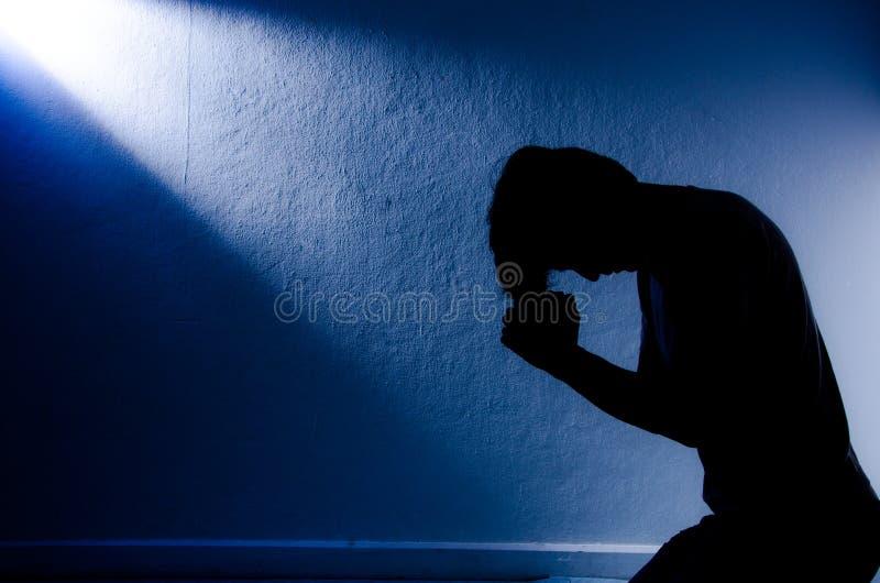 祈祷对神的人。 免版税库存照片