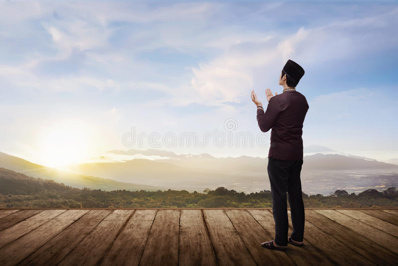 祈祷对神的后面观点的亚裔回教人 库存照片