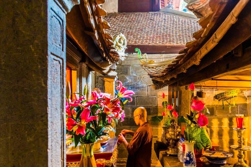 祈祷的修士在古老Bich东塔复合体的神奇地方, Tam Coc, Ninh Binh,越南 免版税图库摄影