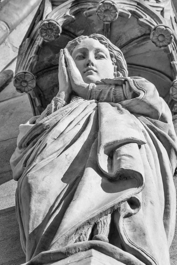 祈祷的圣母玛丽亚的雕塑 库存图片