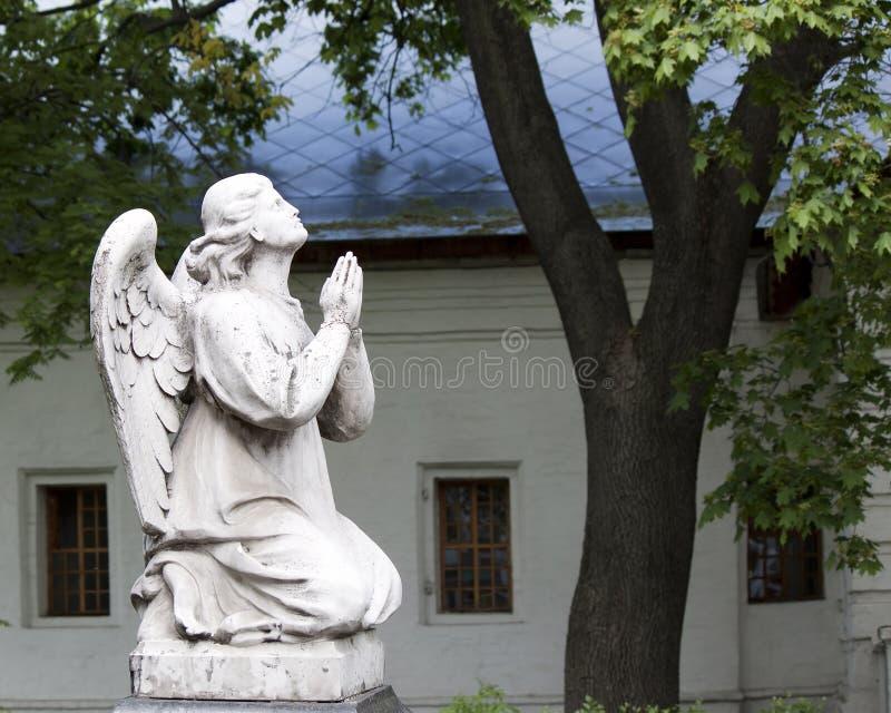 祈祷的天使雕塑  库存图片