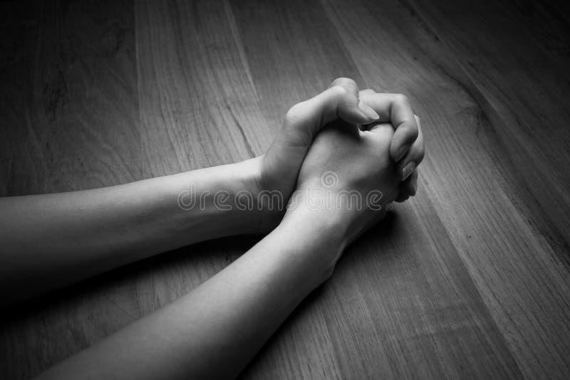 祈祷的妇女手的图象 免版税库存照片