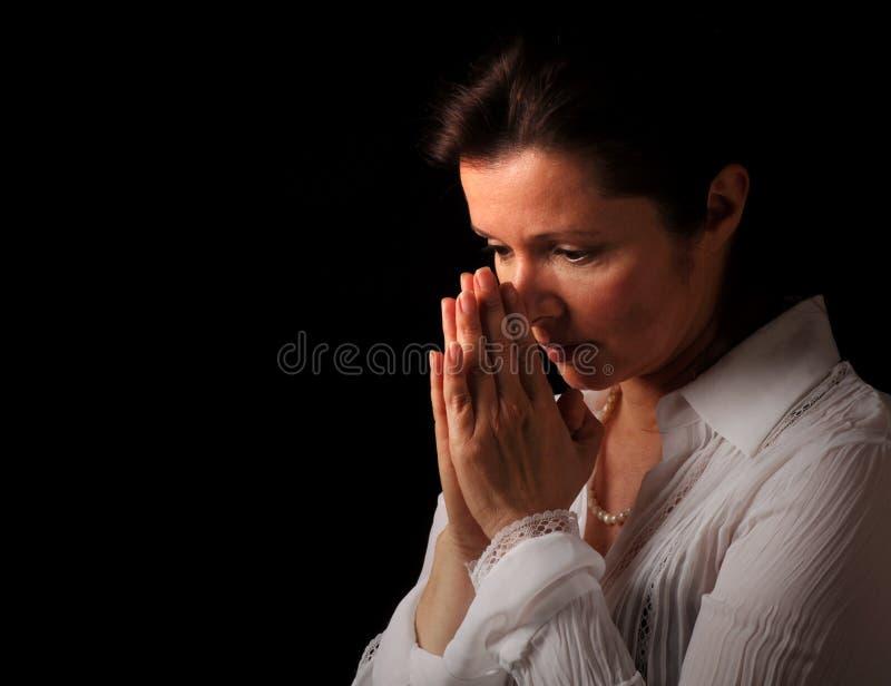祈祷的妇女 免版税库存照片