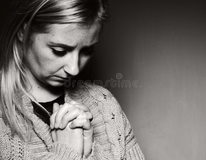 Download 祈祷的妇女 库存图片. 图片 包括有 被扣紧的, 葬礼, 严重, 虔诚, 希望, 投反对票, 亚洲人, 人员 - 72370291