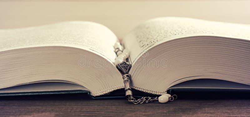 祈祷的小珠和圣洁古兰经 免版税图库摄影