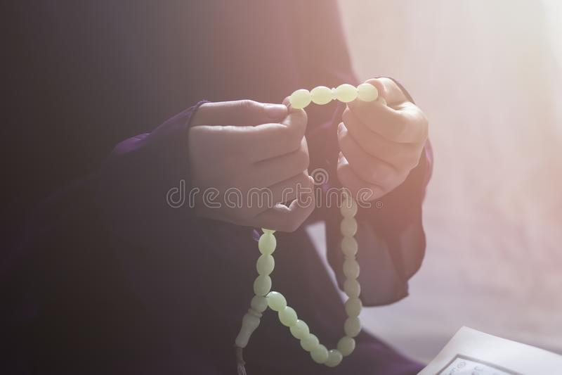 祈祷的年轻回教妇女 祈祷和读圣洁古兰经的中东女孩 学习古兰经的回教妇女 免版税库存照片
